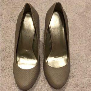 Jessica Simpson's closed toe pumps